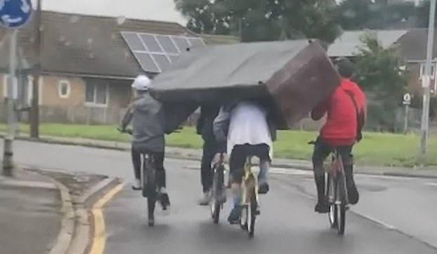 團結的力量!英國4名青少年騎車運沙發配合默契