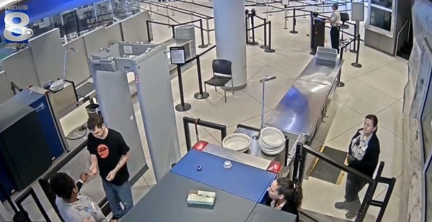 """美機場一女安檢員遞便條嘲笑乘客""""長的丑""""遭辭退"""