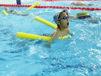 """掌握技能 锻炼身体 兰州暑假青少年游泳培训""""火热"""""""