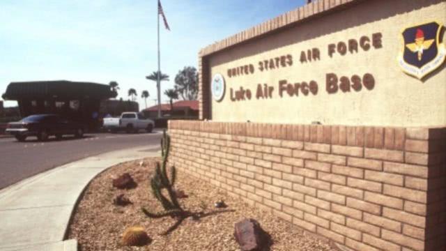 美国空军一飞行员试图闯入民宅,被居民开枪打死