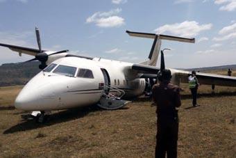 肯尼亚客机降落时险坠毁 撞角马一侧起落架报废