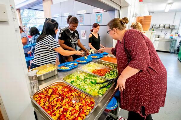 暖心!英國學校暑假開門為貧困孩子提供免費午餐