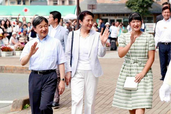 日本德仁天皇一家悠闲度假