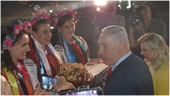 """以总理夫人又被曝丑闻:外访时客机上""""耍性子"""",还把用于欢迎的蘸盐面包扔在地上"""