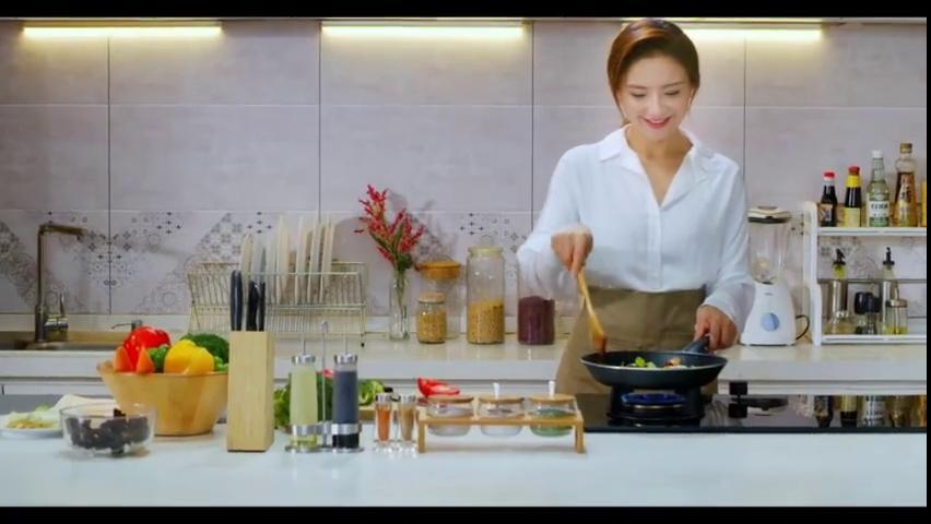 """孙茜下厨烹饪提倡健康生活 号召全民""""减盐"""""""