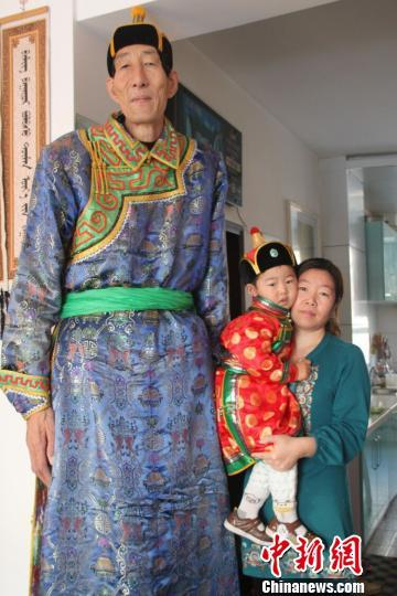 """""""中国一号牧民""""鲍喜顺度过70岁生日"""