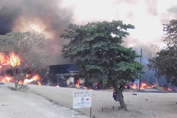 乌干达一辆燃料卡车爆炸起火 已造成至少10人死亡