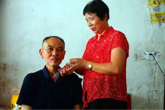 照顾癌症丈夫和瘫痪公婆24年,自己患癌后却最担心他们以后没人照顾