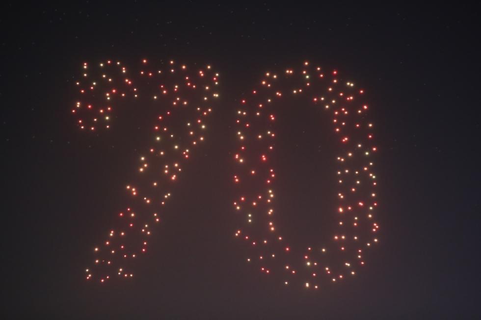 """《中国达人秀》""""高燃""""表演:700架无人机点亮国旗"""