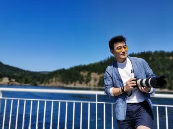 导演樊昊仑温哥华变身摄影师 手持相机大片曝光