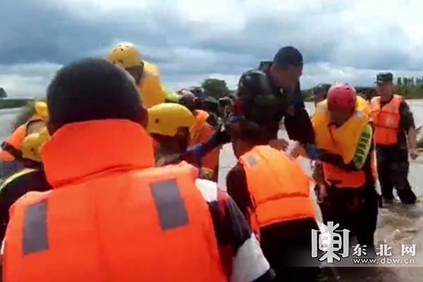 宝清县堤坝上三人被困 冲锋舟、航拍机全上阵了