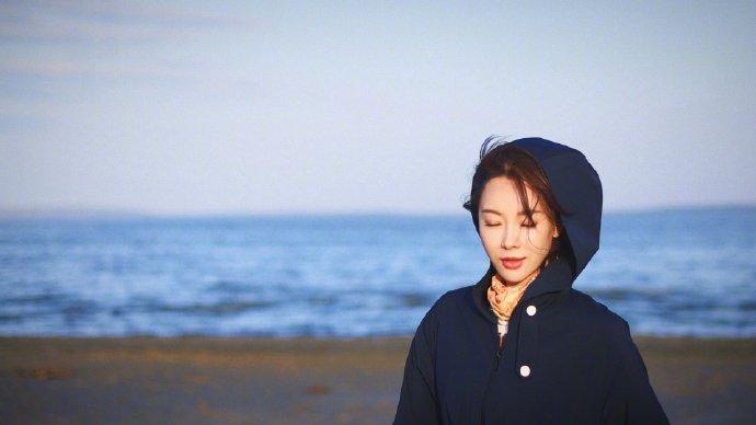 陈数穿藏蓝外套搭配花丝巾 湖边拍照尽显温柔优雅气质