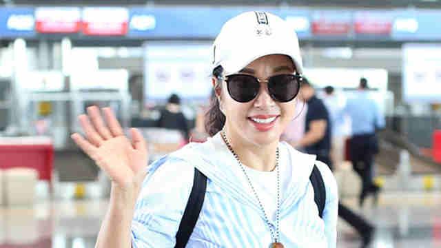 刘晓庆这身装扮休闲又减龄 对镜自信微笑根本不像63岁