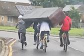 团结的力量!英国4名青少年骑车运沙发配合默契