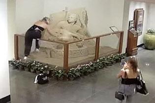 夏威夷两女游客在酒店内破坏精美沙雕后逃跑