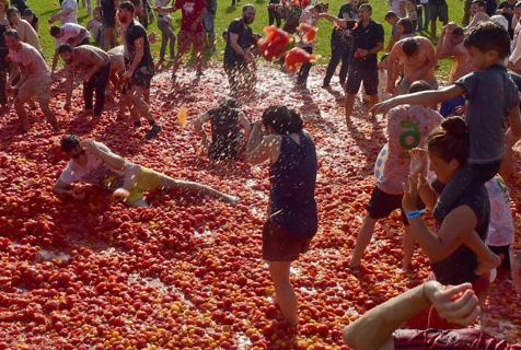 """俄罗斯举行趣味番茄大战 遍地""""血红""""嗨翻天"""