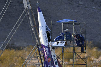 """美国一""""狂人""""制火箭把自己送上千米高空"""