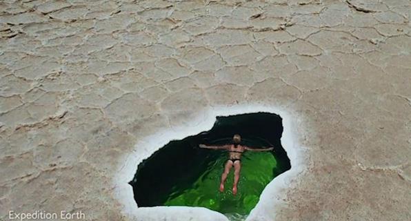 """旅行者在埃塞俄比亚盐漠内湖中""""畅游"""" 展示其神奇景色"""