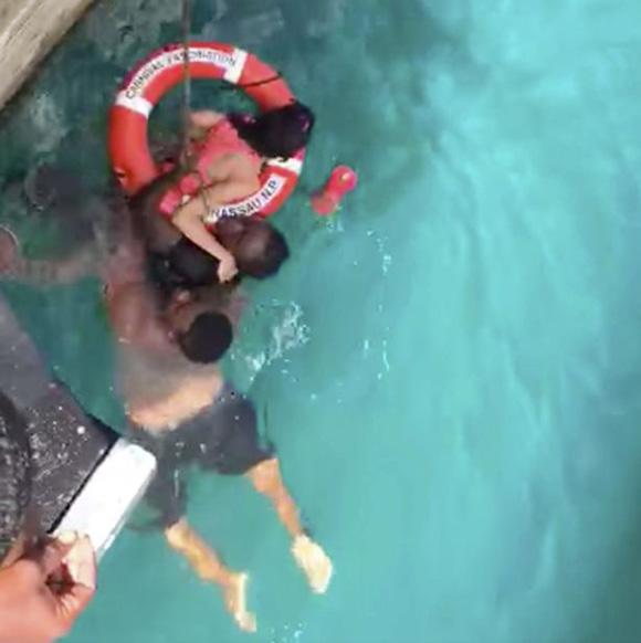 美国两名男子水中救起一名落水的残疾女游客