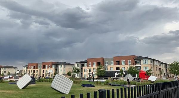 美科罗拉多州暴风吹起充气床垫 场面滑稽令人捧腹
