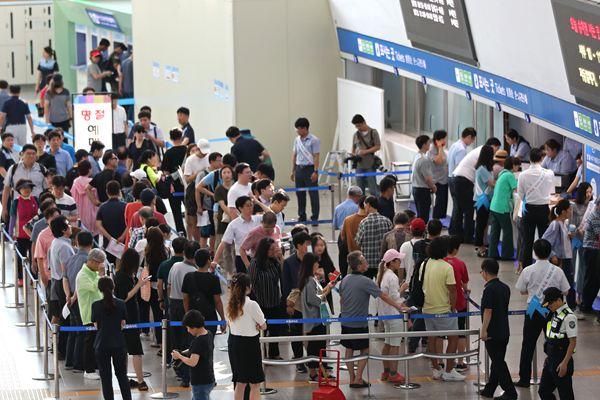 韩国中秋节火车票预售 民众通宵排队购票