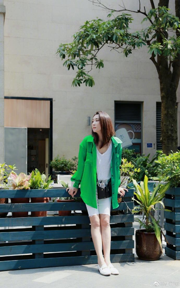杜若溪分享衬衫的一百种穿法 拼色亮眼大秀纤细好身材