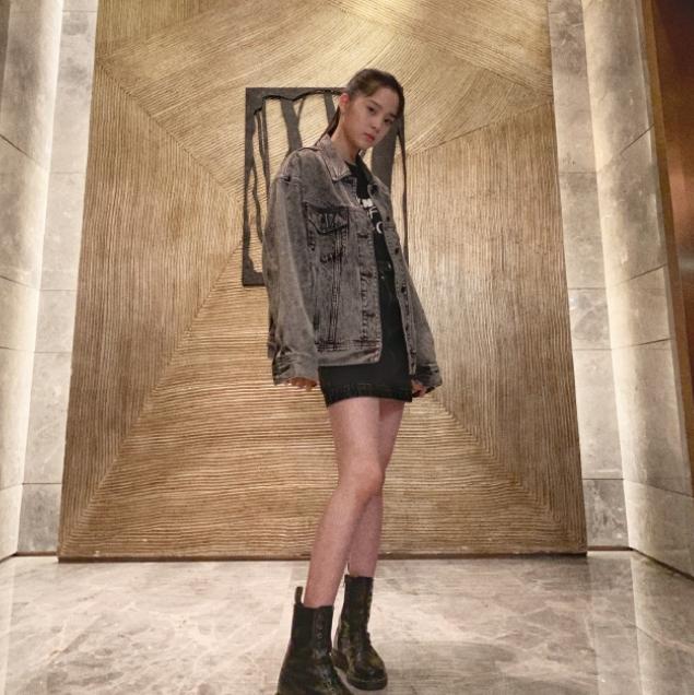 欧阳娜娜穿牛仔外套马丁靴 一双长腿又细又直变身酷女孩