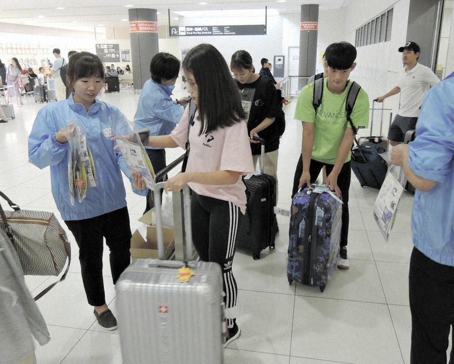 北海道机场拼命拉拢韩国游客:拉大横幅还送点心
