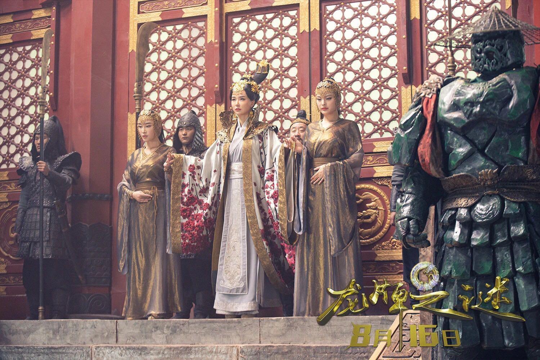 成龙侍宣如新片《龙牌之谜》热映 金丝缕衣显玲珑曲线