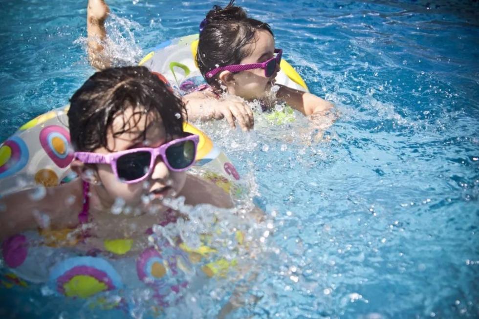 """""""天才""""老爸把货车箱改成游泳池,有爸的地方就有海"""