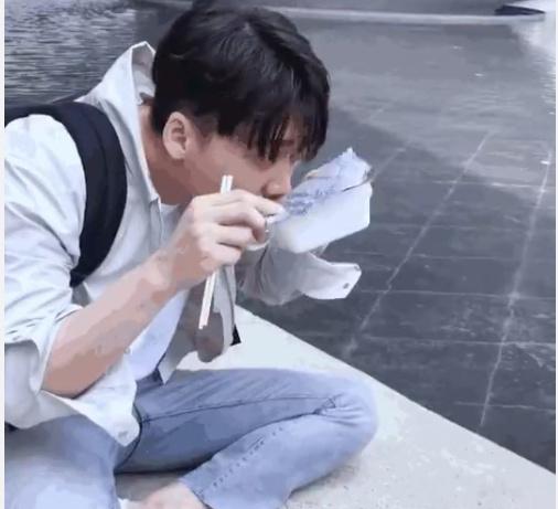 李易峰休闲服配牛仔裤盘腿坐地 用一次性纸杯当碗狂吸泡面