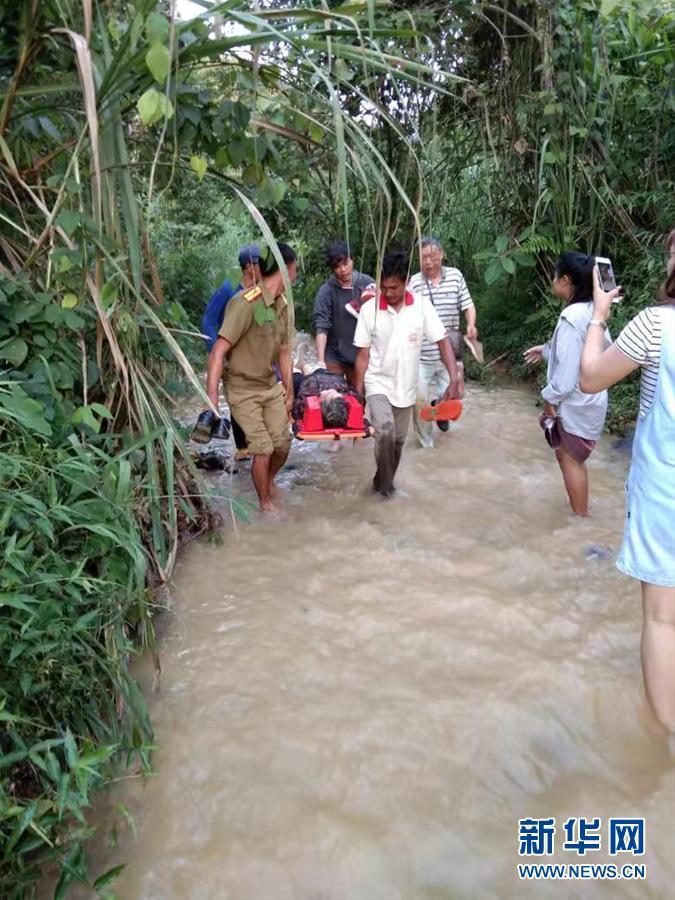 中国驻老挝使领馆针对严重车祸组织紧急救援