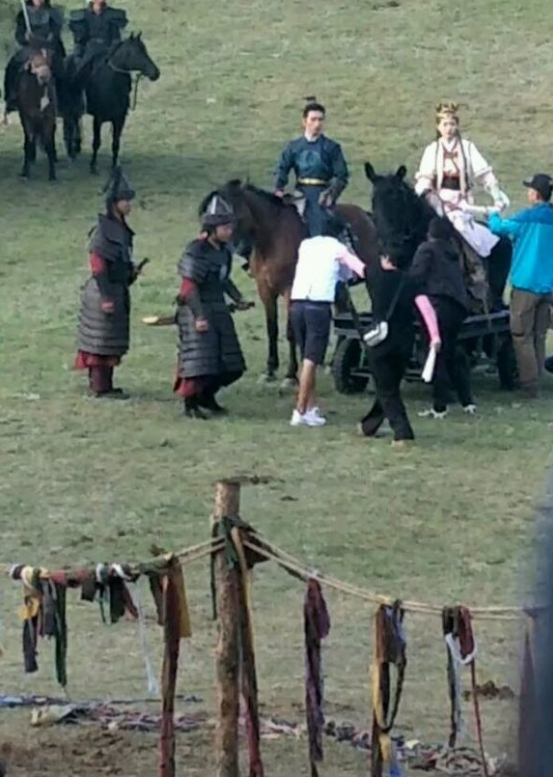 唐嫣现场骑道具马很小心