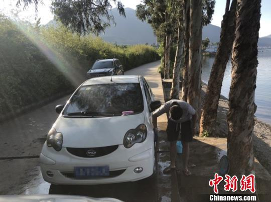 游客云南抚仙湖边洗车被罚 网友:用Ⅰ类水洗车太无知