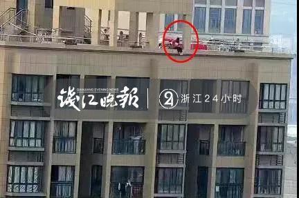 民警在家不经意间眺望窗外,突然发现对面楼顶护栏外有人
