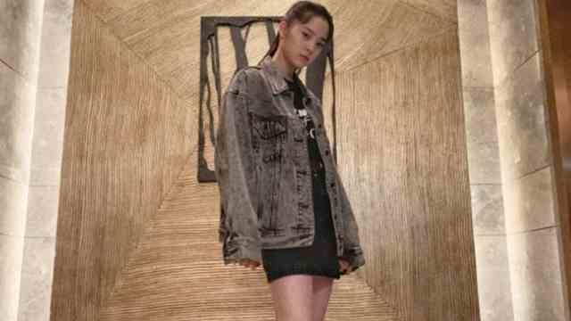 欧阳娜娜穿牛仔外套马丁靴 变身酷女孩