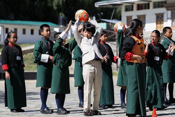 日本文仁亲王一家访问不丹 王子与小朋友玩传球