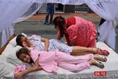 哥伦比亚人穿睡衣在街上睡大觉 享受慵懒的一天