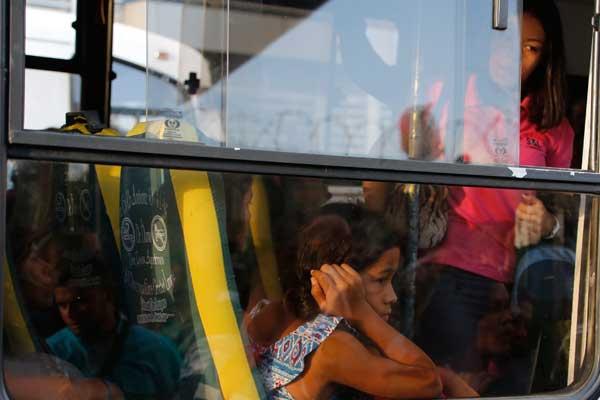 委内瑞拉首都再度大面积停电 交通瘫痪巴士被挤爆