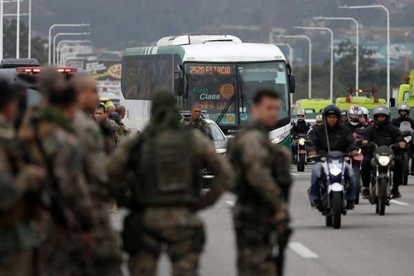 巴西里约热内卢:歹徒劫持公交车被击毙