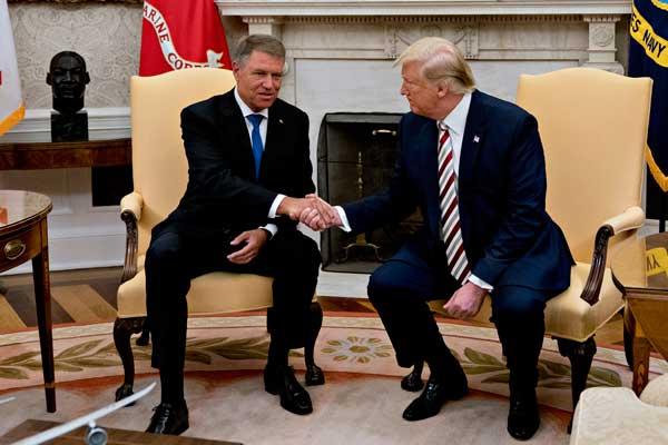 """特朗普在白宫会晤罗马尼亚总统 又来了个""""握手杀"""""""