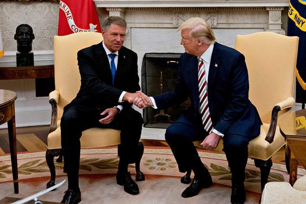 """特朗普会晤罗马尼亚总统 又来个""""握手杀"""""""