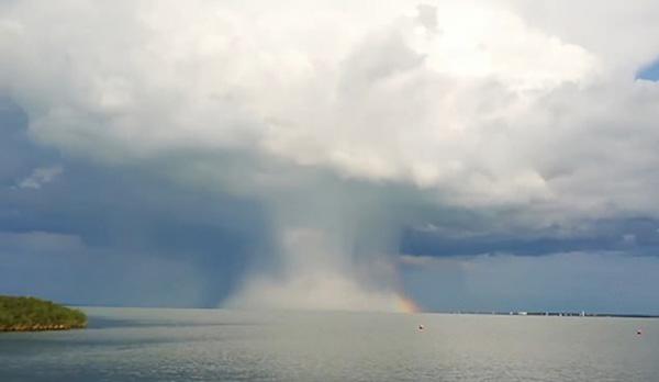 """匈牙利一湖面上方現""""蘑菇云"""" 罕見場面令人震驚"""