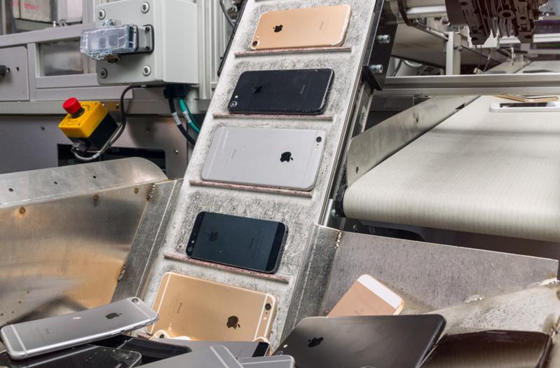 """回收机器人""""黛西""""让废弃iPhone""""变废为宝"""""""