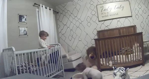 可爱!美一对蹒跚学步的兄弟合作逃离婴儿床