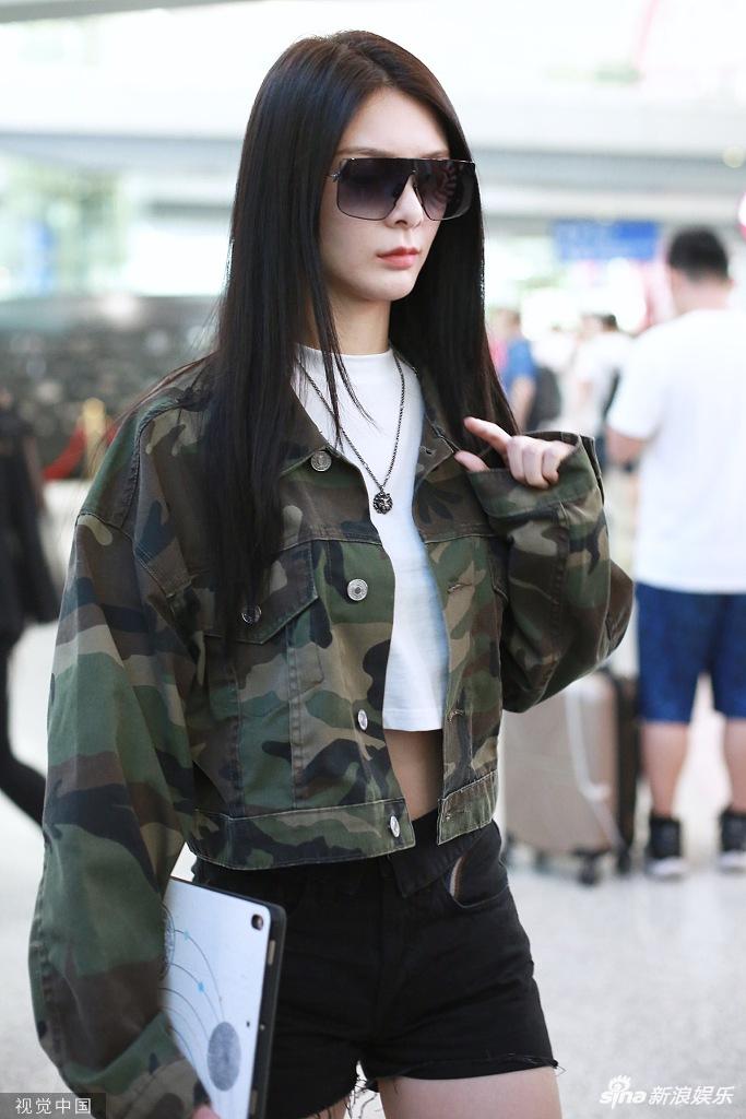 傅菁穿迷彩外套露小蛮腰大长腿 戴炫酷墨镜御姐范十足