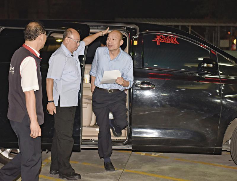 韩国瑜座驾恐被装追踪器 打开引擎盖时发现