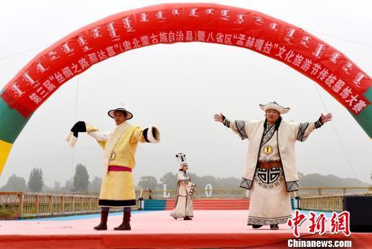 甘肃肃北县蒙古族服饰走秀展示多彩民族文化魅力
