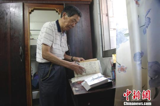 江西八旬老人20余年收藏逾15万份报纸