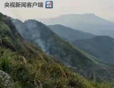 湖北咸宁因村民烧纸引发森林火灾 火势较大仍在扑救中